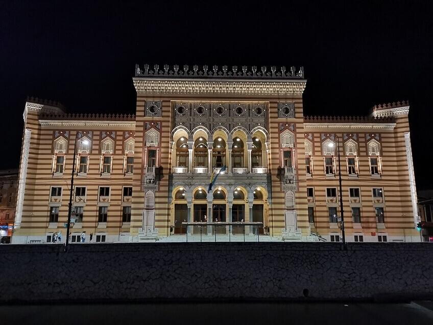 Das alte Rathaus von Sarajevo bei Nacht